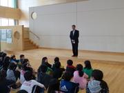 専務理事・鈴木様のお話を聞く1年生達の写真