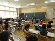 授業中の児童達の写真