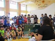「あずきとぎ」の読み聞かせを聞く児童達の写真