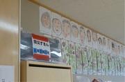 教室の掃除用具の上に置いてある防災ずきんの写真