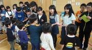 5年生と遊ぶ中斗美保育所の子ども達の写真