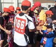 町民マラソン大会に参加する5年生を訪ねて来てくれた中斗美保育所の子ども達の写真