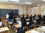 ごみについて公務補さんから授業を受ける4年生の写真