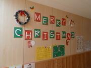 クリスマスの飾りをした視聴覚室廊下の壁面の写真