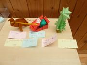 もみの木・トナカイ・サンタの折り紙と児童達からのメッセージの付箋の写真