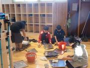 靴箱清掃をする6年生の写真