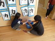 自分の教室を掃除する3年生の写真