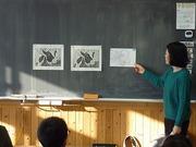 講師の冨田先生に版画を教わっている写真