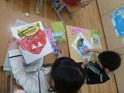 オニの絵を描く児童達の写真