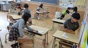 教室の大掃除をしている児童達の写真
