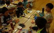 教室の中でお弁当を食べる児童達の写真