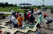 公園で水遊びをする児童達の写真