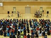 和心ブラザーズの演奏を聴く児童達の写真