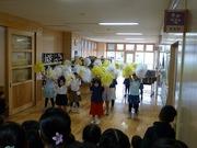 初めての発表会でチアダンスを踊る2年生の写真