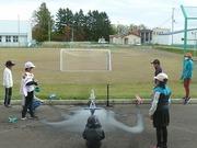 ペットボトル発射の実験を行う4年生の写真