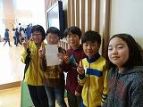赤い羽根共同募金を集めた児童達の写真