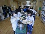 給食を配膳する児童達の写真