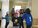 「校内あるきおにごっこ」を行う児童達の写真