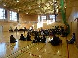 集団下校訓練の体育館集会の様子