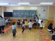 教室で遊ぶ幼稚園児達の写真