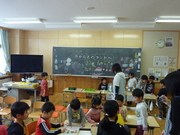 教室で1年生達と遊ぶ幼稚園児達の写真