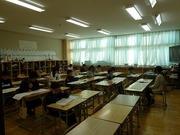 教室で漢字検定を受けている人達の写真